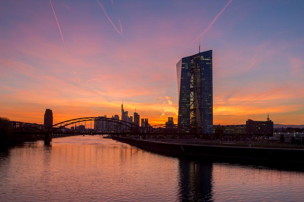 Europäische Zentralbank - imposantes Gebäude mit 185 Meter Höhe