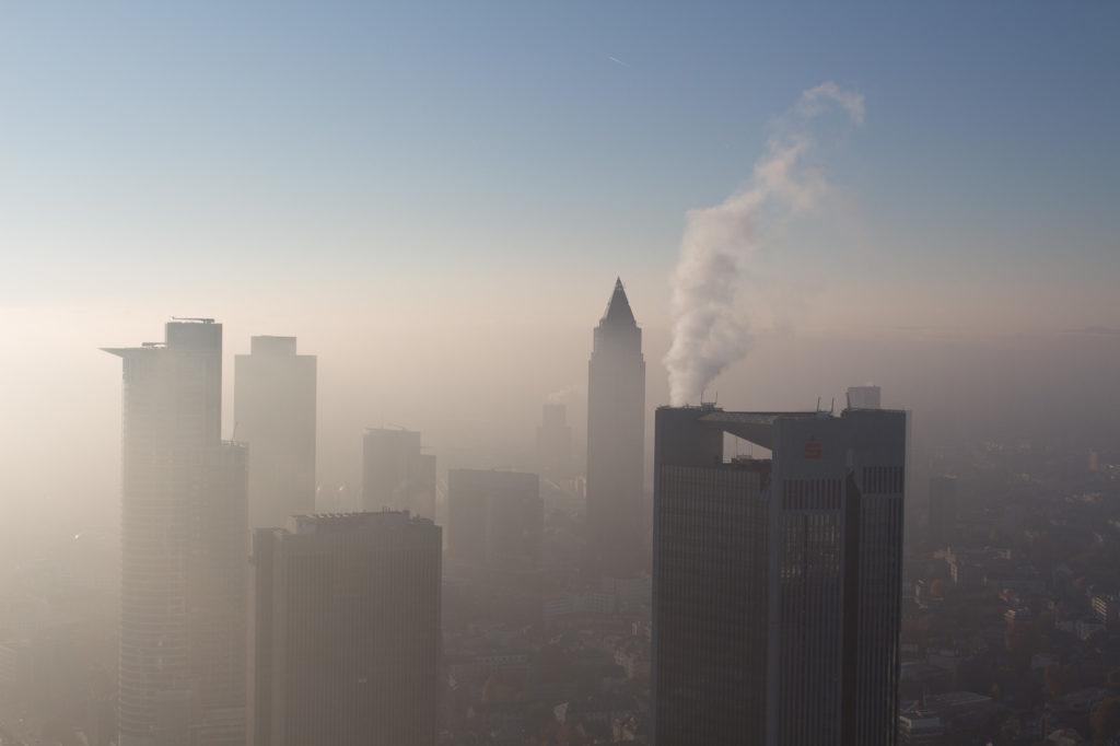 MainTower - Aussicht auf schwindelerregender Höhe in Richtung der Messe - der Messeturm einst Europas höchstes Gebäude