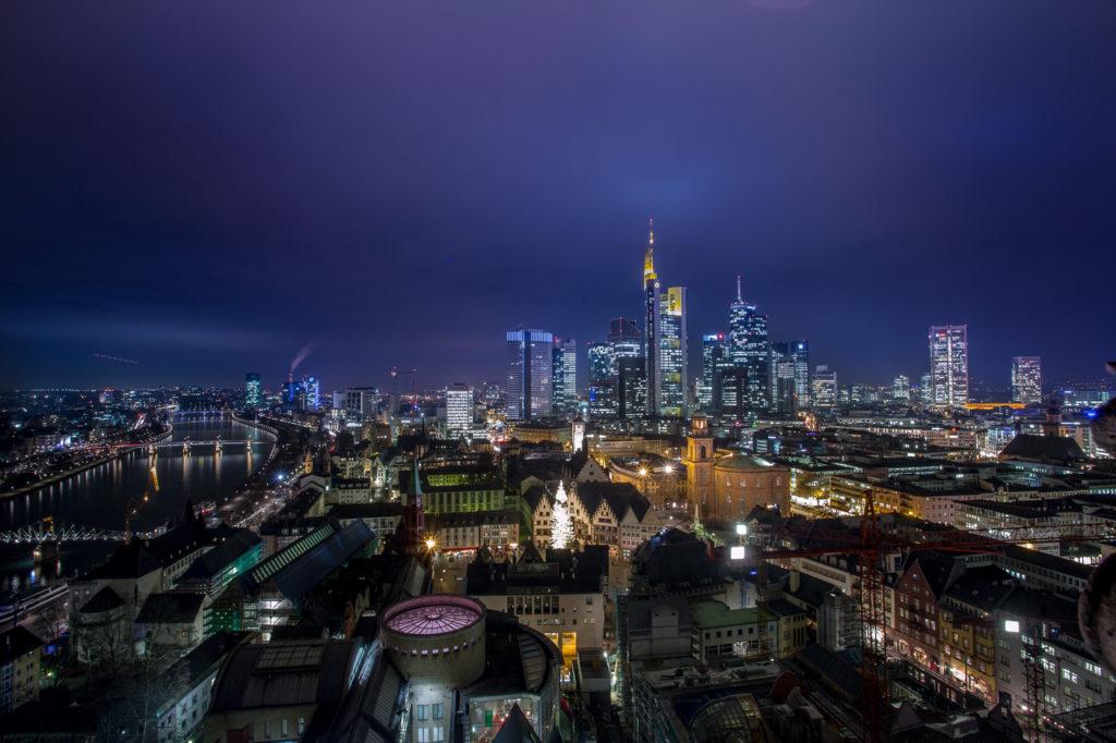 Aussicht vom Frankfurter Dom - 66 Meter und 300 Stufen bis zur Traumaussicht auf die Skyline