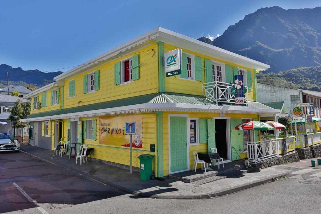 Cilaos liegt im Talkessel Cirque de Cilaos im Zentrum der Insel, auf der Südseite des Massif du Piton des Neiges.