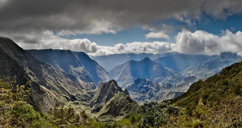 Le Maïdo Der Maïdo liegt oberhalb von Saint-Paul auf 2.190 m. Von dort haben Sie einen atemberaubenden Ausblick auf die abgelegenen Bergdörfer im Talkessel Mafate und auf die Westküste.