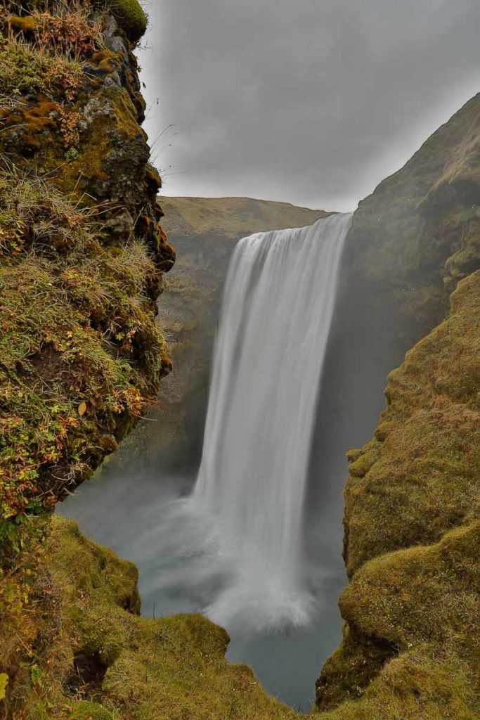 Der Skógafoss ist ein Wasserfall des Flusses Skógá im Süden Islands. Er liegt beim Ort Skógar in der Gemeinde Rangárþing eystra unterhalb des Eyjafjallajökull an einer ehemaligen Steilküste.