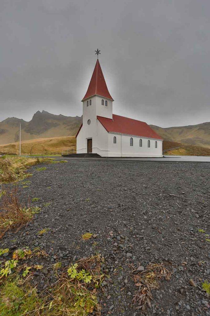 Die Kirche von Vík í Mýrdal liegt auf einem Hügel oberhalb des Ortes.
