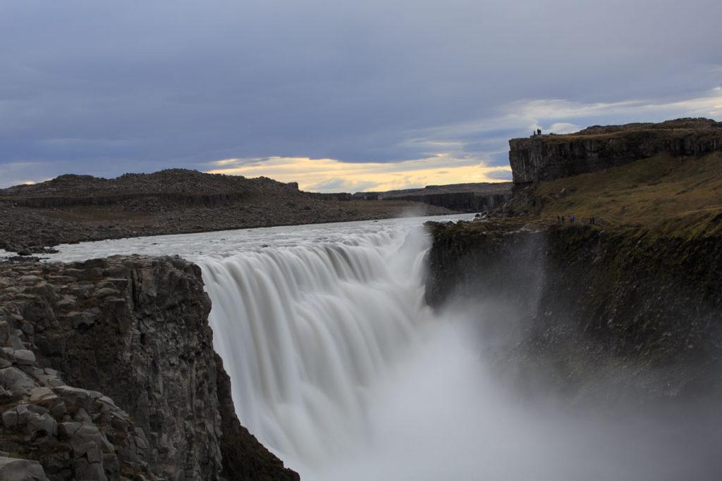 Der Dettifoss ist der größte Wasserfall im Nordosten Islands und durch die Kombination aus Volumenfluss und Fallhöhe, knapp vor dem Rheinfall, der leistungsstärkste Wasserfall Europas.