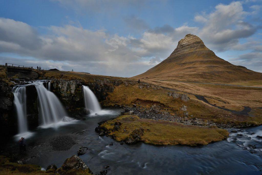 Der Berg Kirkjufell liegt im Westen von Island.